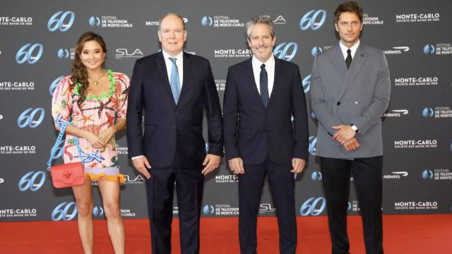 S.A.S Le Prince Albert II de Monaco a remis la Nymphe d'Honneur à Darren Star, accompagné des acteurs d'Emily in Paris, Ashley Park et Lucas Bravo © DR