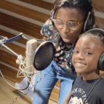 Marguerite Abouet et Kayla Lingalé, la voix d'Akissi, lors de l'enregistrement à Abidjan en février © DR